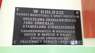 Miejsce pamięci - tablica w Szkole Podstawowej w Przystajni