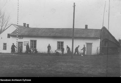 Członkowie Związku Strzeleckiego porządkują teren wokół budynku świetlicy w Podłężu Szlacheckim (1939 r.)